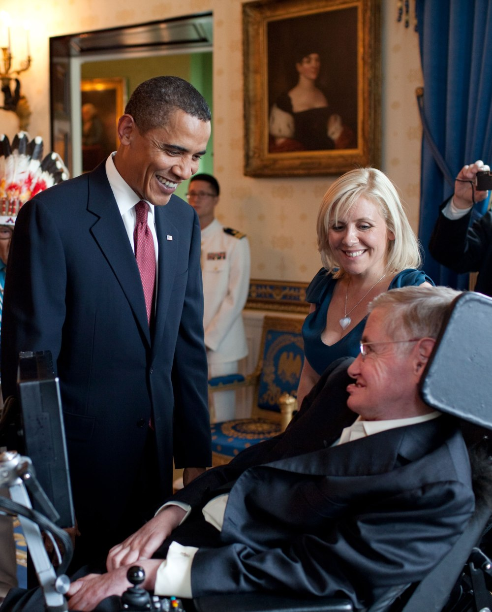 Barack_Obama_speaks_to_Stephen_Hawking_(cropped)